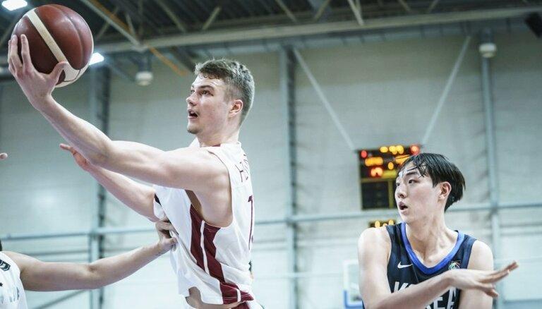 Helmanis izceļas ar 30+11; Latvijas U-19 izlase ar uzvaru sāk cīņu par 9. vietu