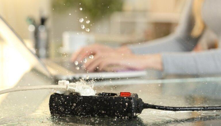 Ar lādētāju vannā: šovasar gūtās elektrotraumas, lietojot elektrību ūdens tuvumā