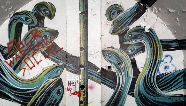 Foto: Melnas čūskas senos fortos – ielu mākslas galerija pamestā Varšavas cietoksnī