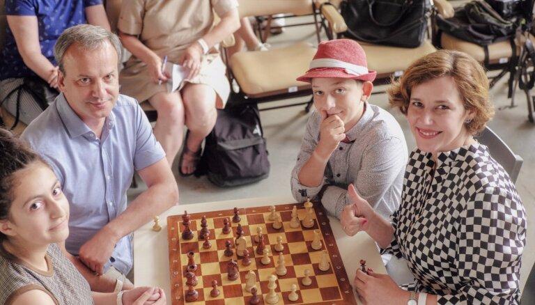 На детском шахматном турнире в Юрмале сыграл бывший вице-премьер России и глава FIDE Дворкович