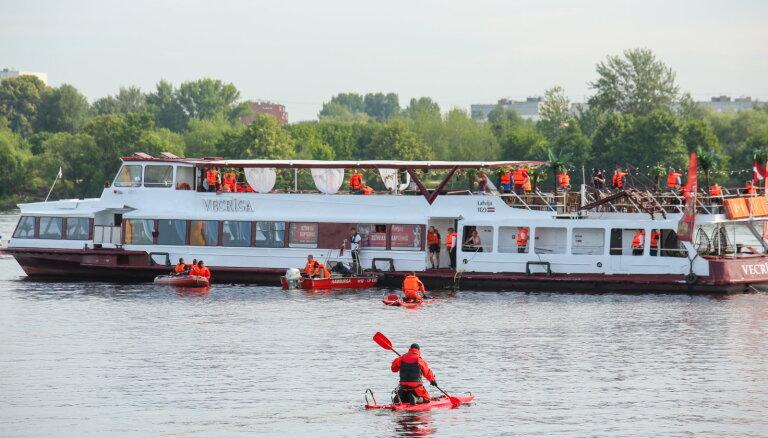 ФОТО: Возле Закюсалы пожарные отработали спасение людей с тонущего в Даугаве судна