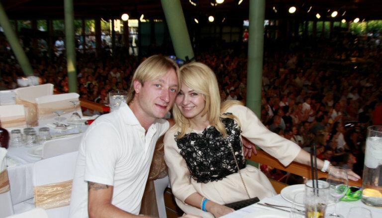 Рудковская и Плющенко нашли суррогатную мать