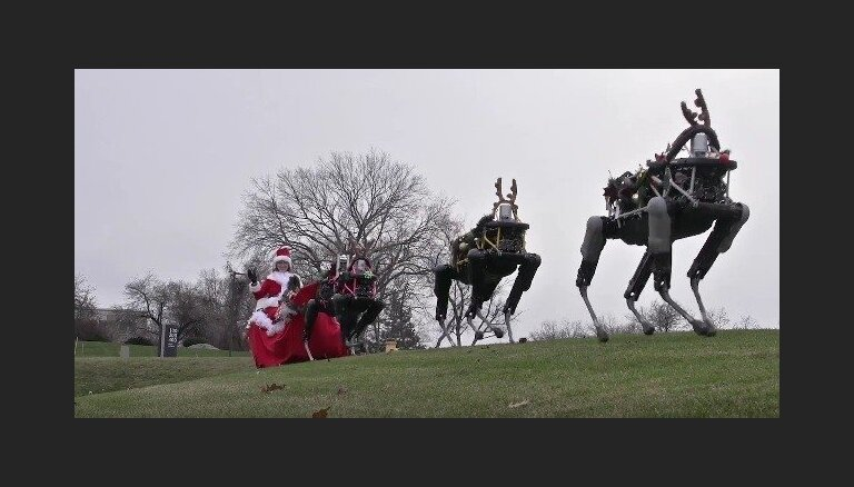 Amizants video: Ziemassvētku vecīša kamanas velk robotveidīgi ziemeļbrieži