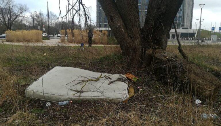 Aculiecinieka foto: Jauno LU ēku ieskauj atkritumi