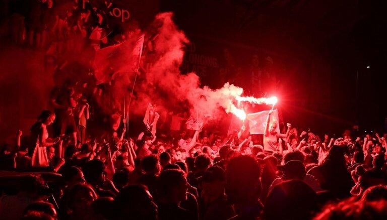 'Liverpool' līdzjutēji ceturtdienas naktī atzīmējuši čempionu titulu