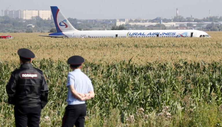 Пассажирский самолет совершил жесткую посадку в поле в Подмосковье (+ видео посадки)