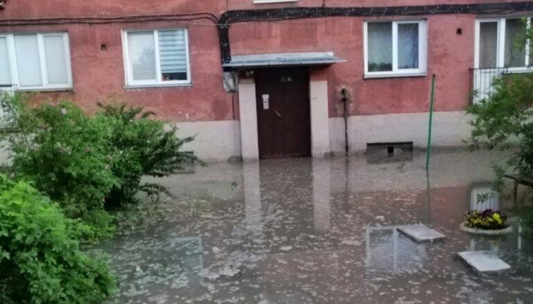 ФОТО: Из-за аварии на водопроводе в Риге затопило улицу, возможно замутнение воды