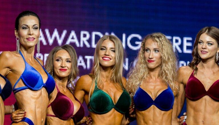 Foto: 'Fit Model Latvija' dalībnieces demonstrē divu mēnešu laikā sasniegtos rezultātus