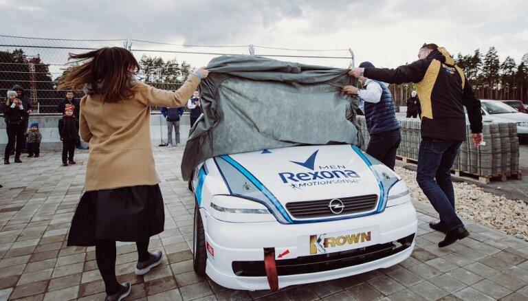 Foto: Jānis Vanks prezentējis jaunā dizaina auto Baltijas autošosejas sacensībām