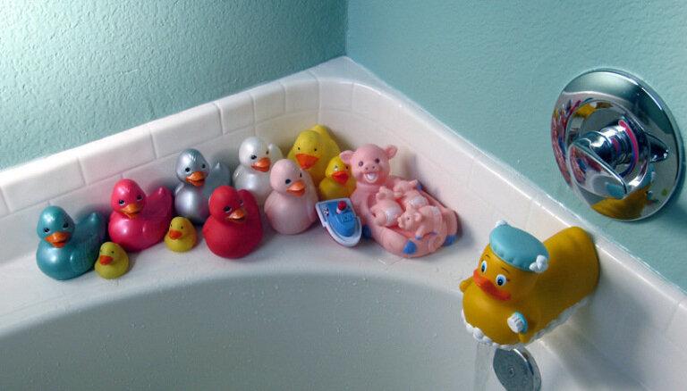 Strāva, ķimikālijas, žiletes - vai aizslēgt vannas istabu bērniem uz visiem laikiem?