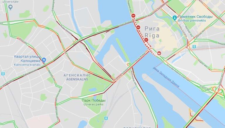Пардаугава встала в огромных пробках, движение на Вантовом мосту парализовано