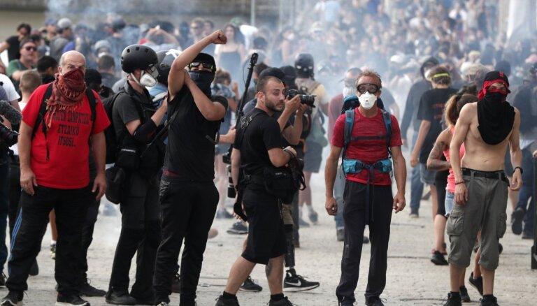 Netālu no G7 norises vietas izceļas protestētāju un policijas sadursmes