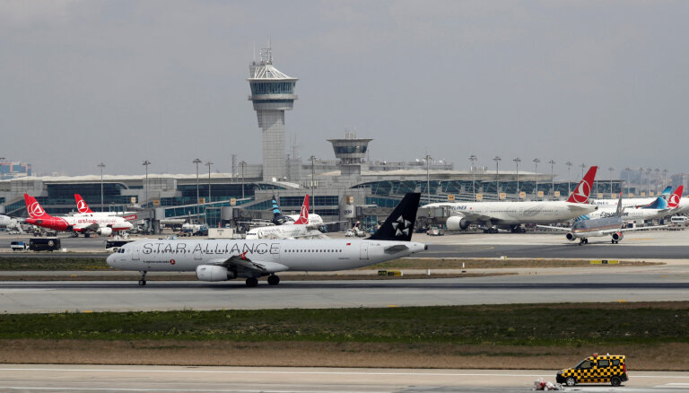 В Стамбуле пассажирский самолет сорвался с полосы. Аэропорт временно закрыли