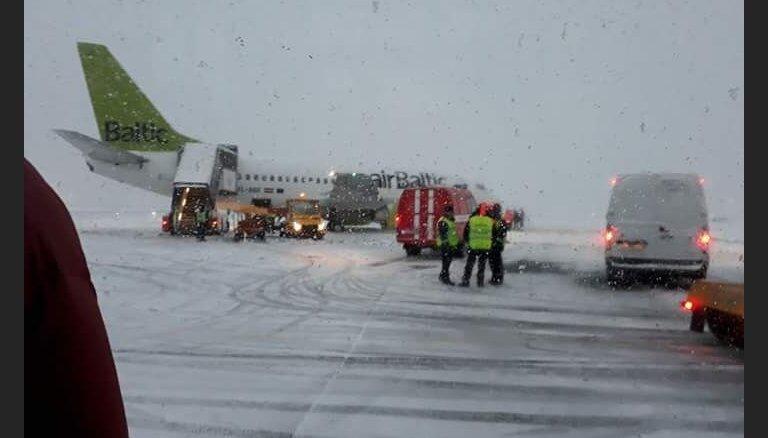 """ЧП в """"Шереметьево"""": самолет airBaltic выкатился за пределы ВПП; в самолете был Аугулис"""
