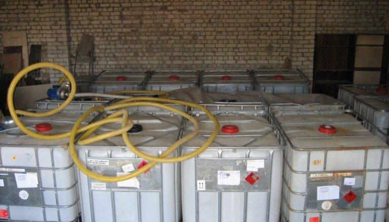 В нелегальном цехе по производству алкоголя в Илукстском крае обнаружено большое количество спирта