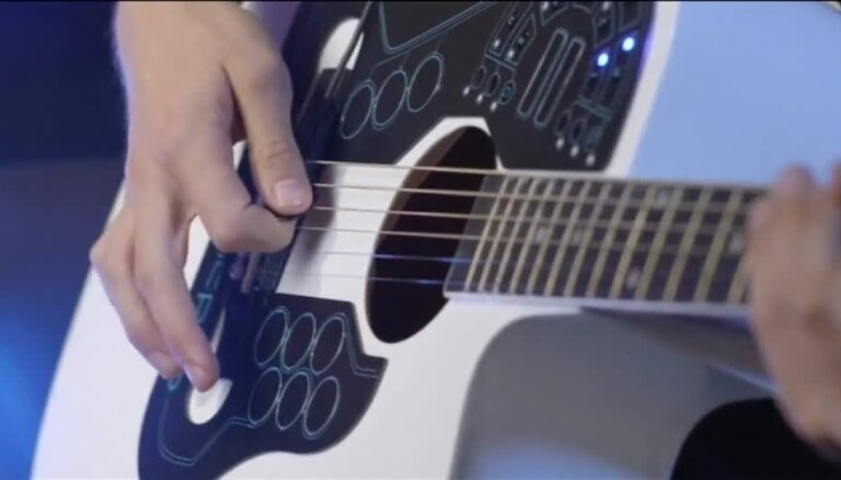 Video: Inovatīva pieeja akustiskās ģitāras spēlē
