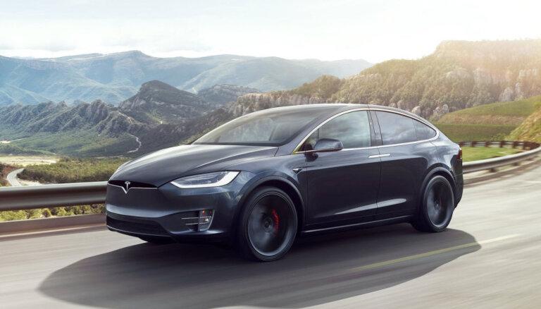 'Mercedes' izpētes nolūkos noīrējis 'Tesla' elektromobili, to izjaucis un sabojājis