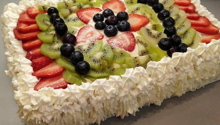 Greznā lauku torte ar vārīto krēmu, augļiem un putukrējumu