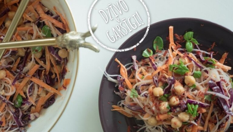 'Dzīvo garšīgi': nūdeļu salāti ar turku zirņiem un zemesriekstu sviesta mērci
