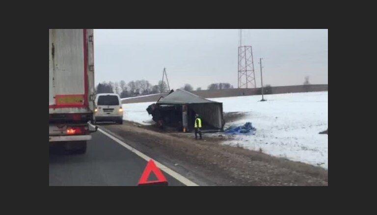Uz Valmieras šosejas grāvī ieslīd kravas auto