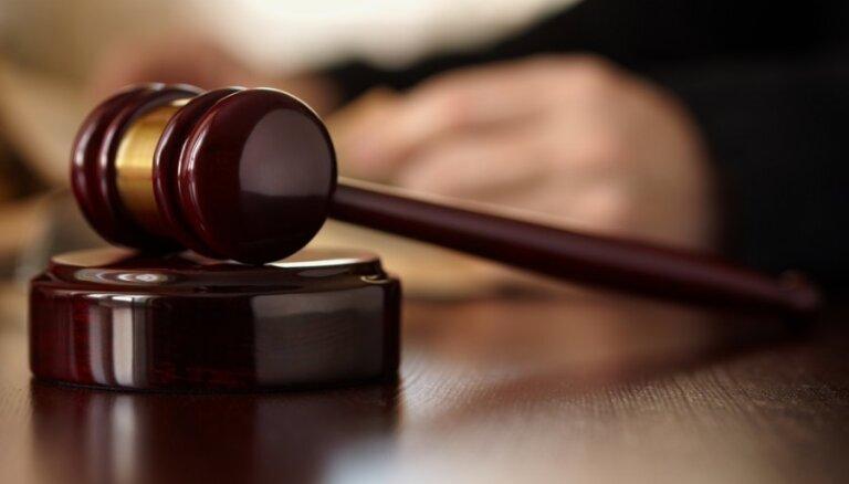 Vīrieti tiesās par 20 mazgadīgu meiteņu pavešanu netiklībā