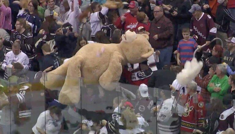 Video: AHL hokejisti atkal ierokas plīša rotaļlietu kalnos