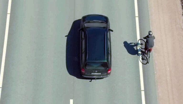 Video: ar dronu fiksē intervāla ievērošanu satiksmē starp auto un velo