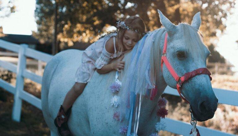 Zemes Zirgs jūnijā dungo: 'Mīļais, nesteidzies...'
