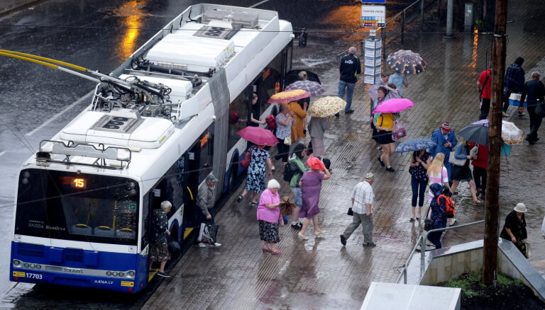 Studenti visbiežāk brauc ar sabiedrisko transportu, bet gribētu iet kājām, secina 'Turība'