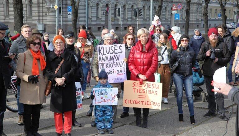 Foto: Ieskats Sieviešu solidaritātes gājienā pret vardarbību