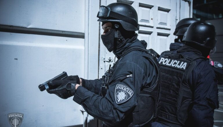 Спецназ штурмом взял квартиру через окно: изъято оружие и контрабандный товар