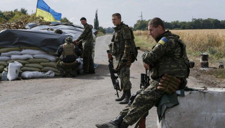 Latvijas mediķis Ukrainā acu protēzes 20 000 eiro vērtībā ievietojis apmēram 70 karavīriem