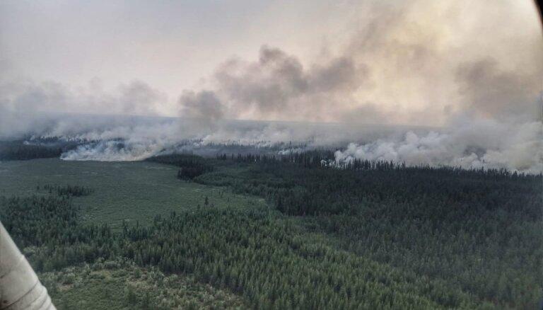 Foto: Sibīrijā plosās plaši meža ugunsgrēki; reģionā izsludina ārkārtas stāvokli