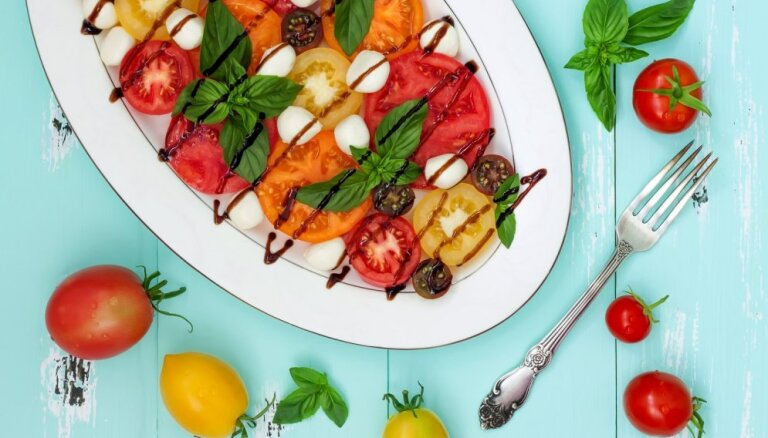 Salātos, sautējumos un sāļās plātsmaizēs – dzīvespriecīgie tomāti dažādās maltītēs