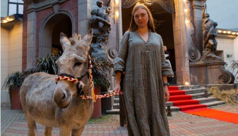 Foto: Ēzelis, šaujamie un kino – nosvinēta filmas 'Kur vedīs ceļš' pirmizrāde