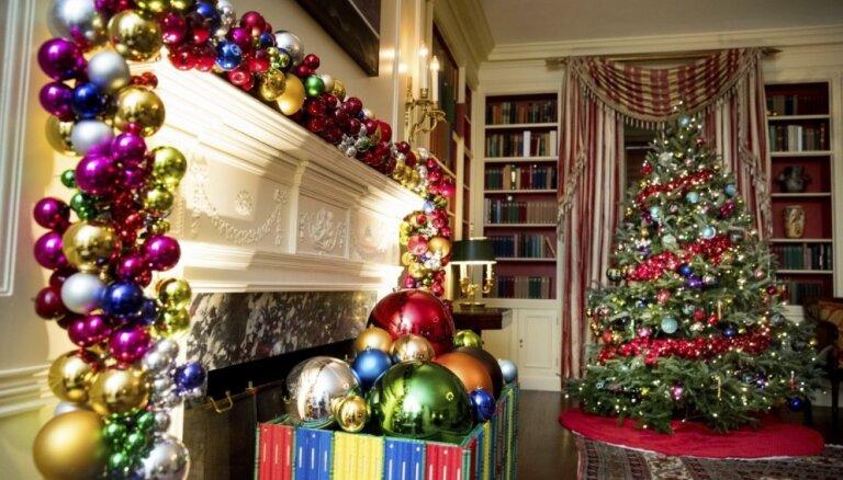 Foto: Kā Baltais nams rotāts Obamas pēdējiem Ziemassvētkiem tajā