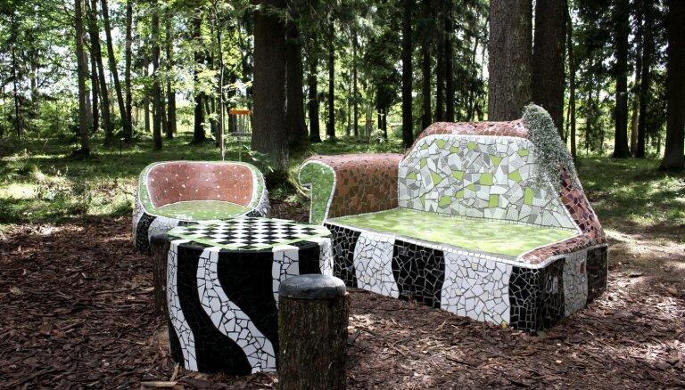 Foto: Stāķu parka unikālā dabas istaba, kas veidota no flīzītēm un trauku lauskām