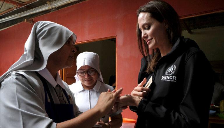 Andželīna Džolija lūdz atbalstu Venecuēlas bēgļiem