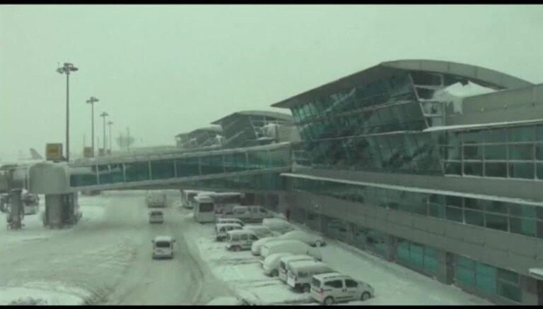 Ikauniece-Admidiņa četras dienas iesprūdusi Stambulas lidostā
