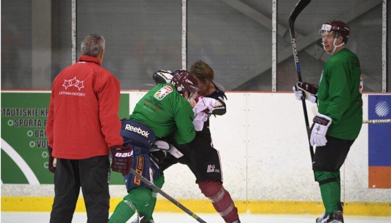 ВИДЕО, ФОТО: Хоккеисты сборной Латвии подрались на первой тренировке под руководством Хартли