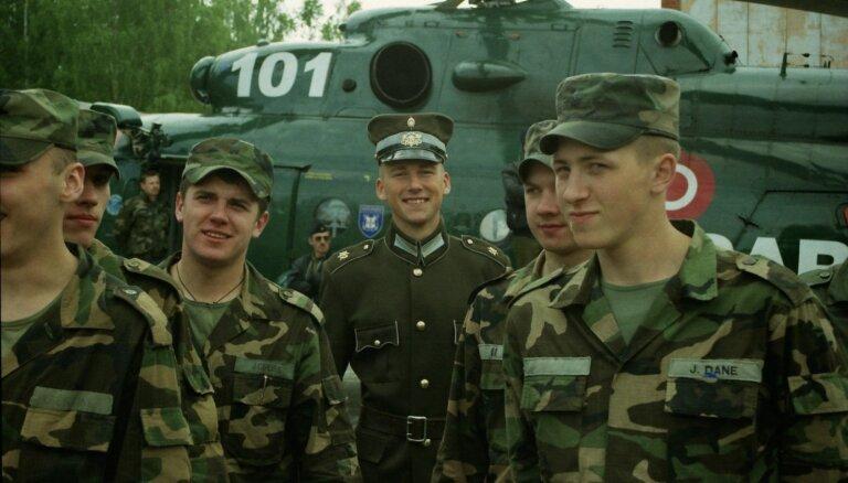 Latvijas armijai veltīti foto: No aviošova Tukumā līdz mācībām Islandē 90. gados