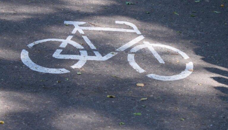 Augusta vidū taksists Rīgā notrieca velosipēdistu; policija meklē aculieciniekus