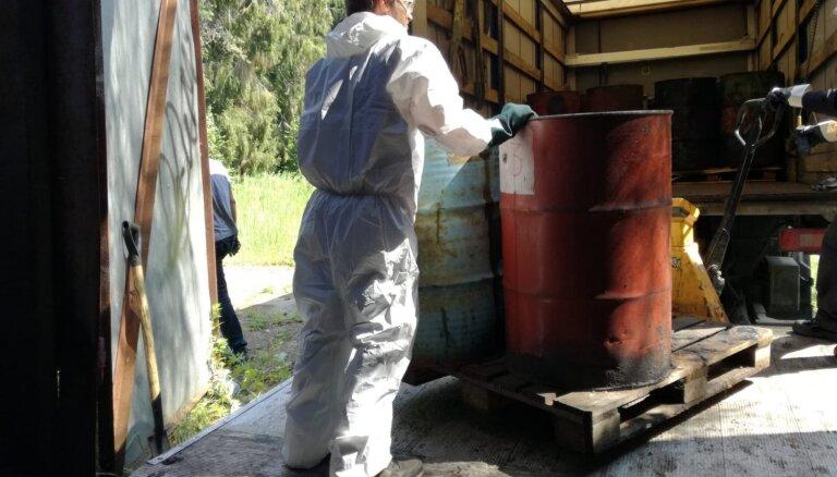 LU piederošā ēkā uzietās 37 mucas ar bīstamām ķīmiskām vielām izvestas utilizācijai (plkst.15.45)