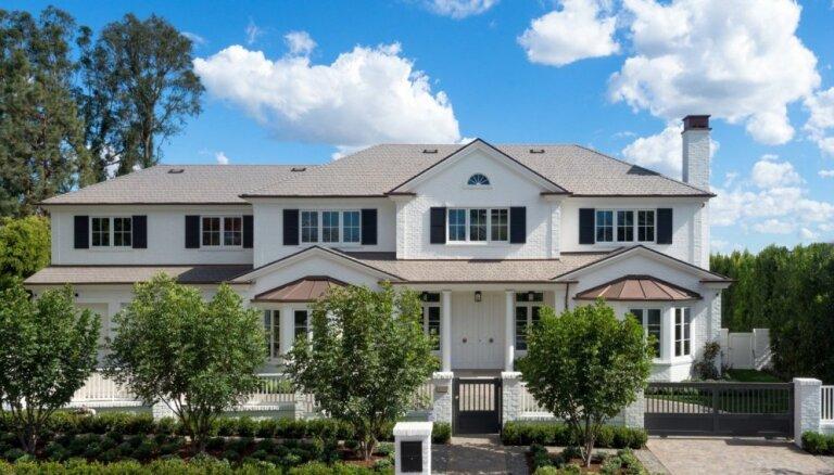 Plašumi, kuros var pat apmaldīties – iespaidīga dzīvojamā māja saulainajā Kalifornijā