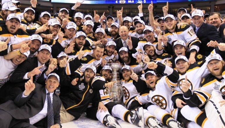Bostonas 'Bruins' hokejisti izcīna Stenlija kausu