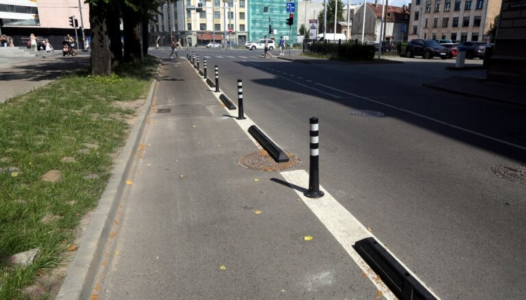 Rīgas ielu stabiņu apkopei paredzēti 39 000 eiro; vienu apčubinās par 14 eiro