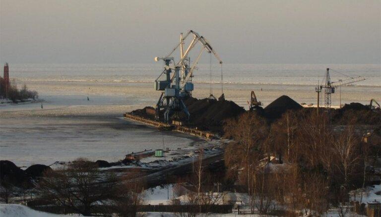 Rīgas ostā pie Mangaļsalas noplūduši naftas produkti