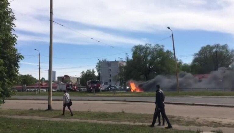 Video: Purvciemā ar atklātu liesmu deg auto