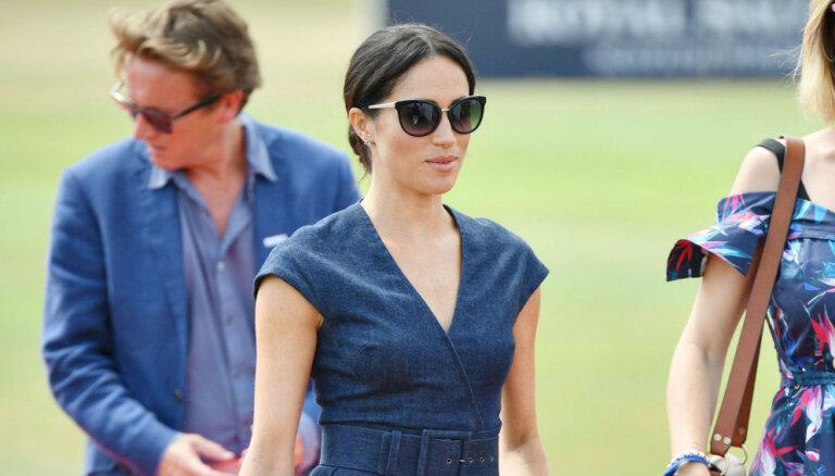Saseksas hercogiene Megana pārsteidz ar džinsa kleitu