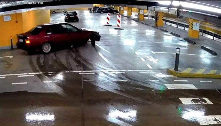 Video: Divu BMW drifts stāvvietā Viļņā – viens trāpa sienā, bet bargu sodu saņem abi